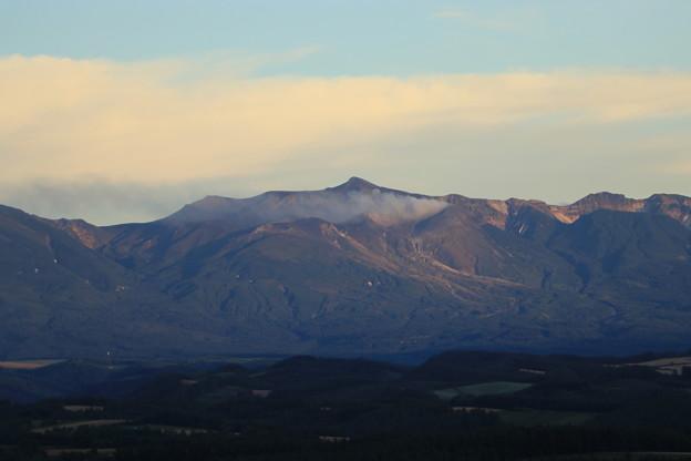 写真: 就実の丘から十勝岳を望む
