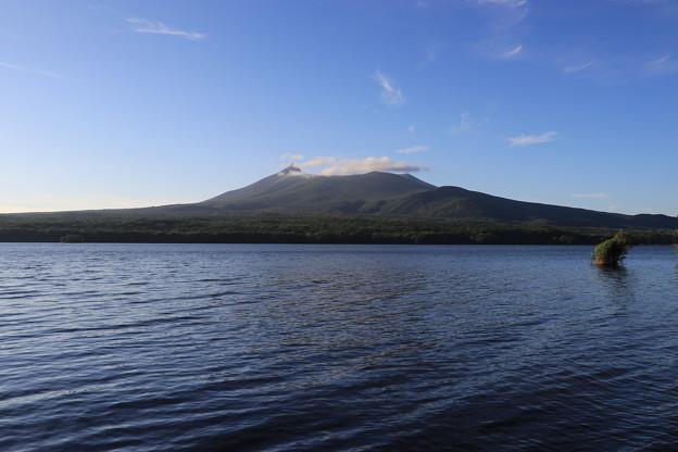 写真: 大沼公園から駒ヶ岳を望む