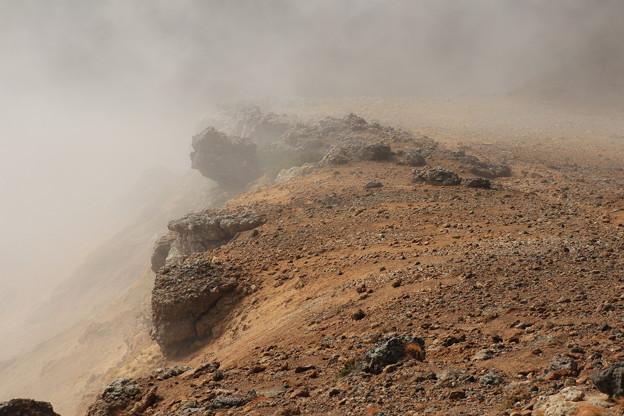 稜線に押し寄せる雲