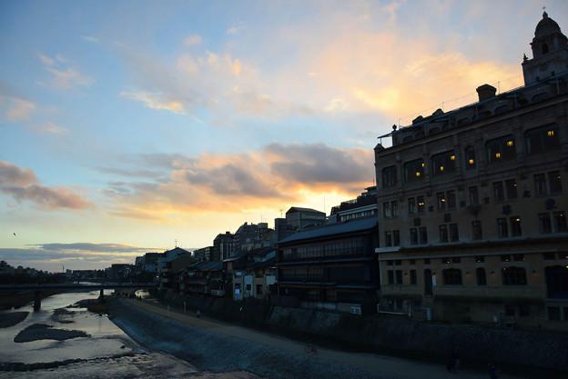 東華菜館と鴨川