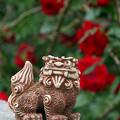 Photos: バラを背負ったシーサー