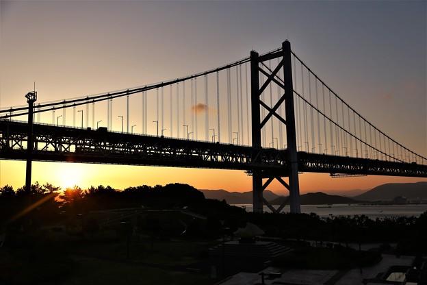 写真: 朝の瀬戸大橋を渡る