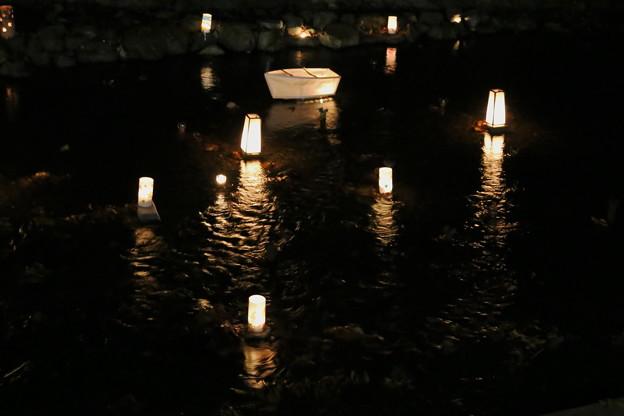 川面の灯篭