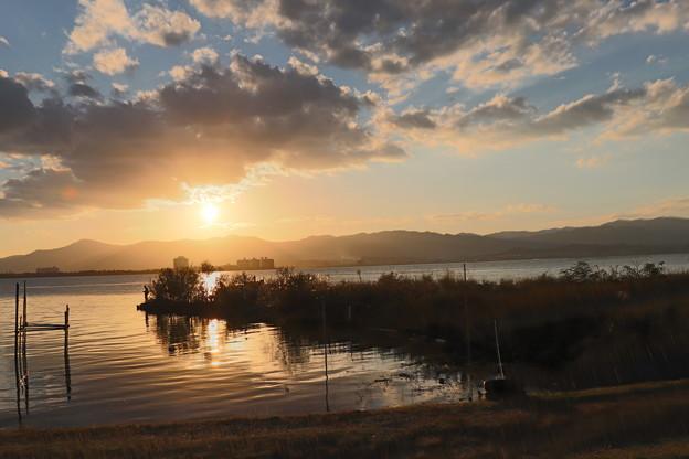 琵琶湖岸と沈む太陽