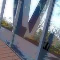 写真: ガラスの中と外