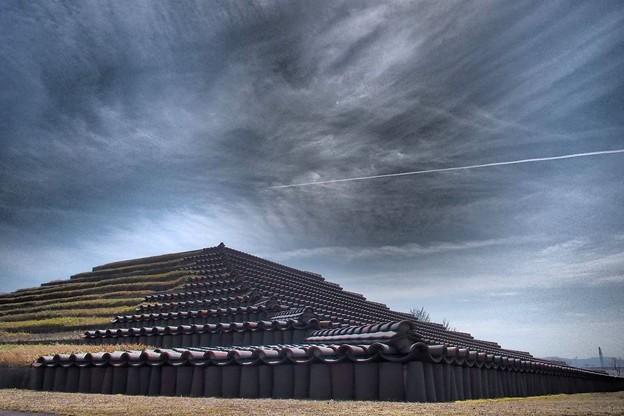 飛行機雲と土塔