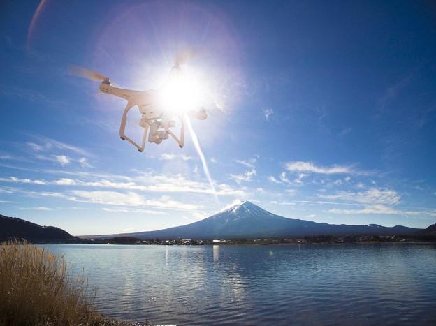 写真: 湖畔から見るフジヤマ
