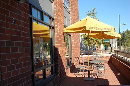 cafe cakes(黄色い傘が目印)