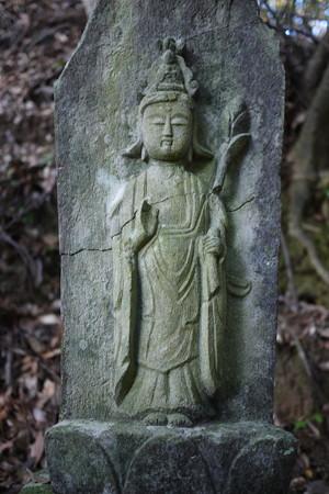 石像はまずはしゃがんで拝むという礼儀なのです