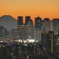 夕焼けの富士山と新宿副都心