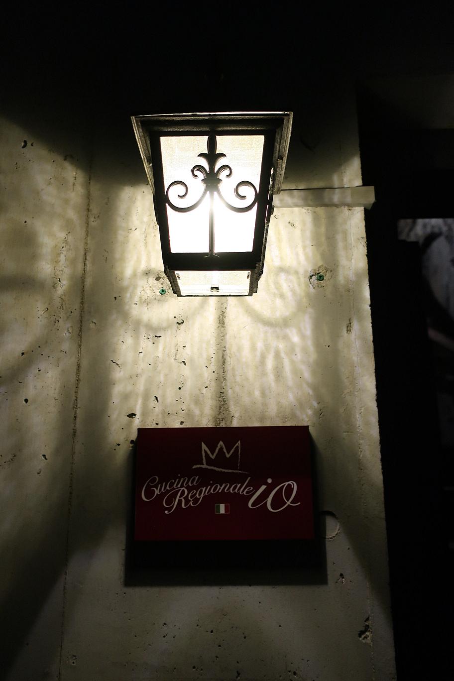 ライトと看板