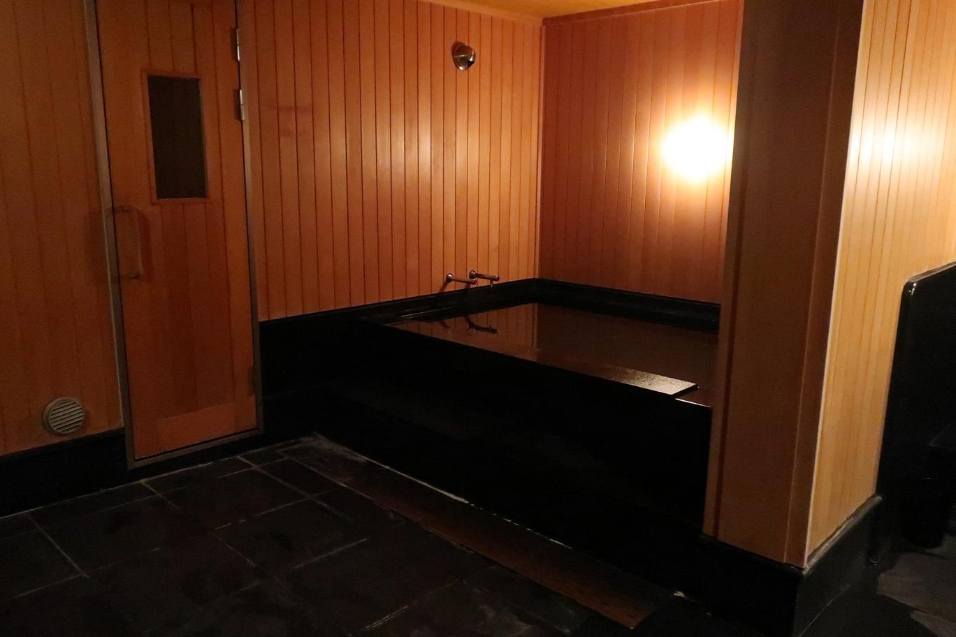 水風呂,サウナ入り口