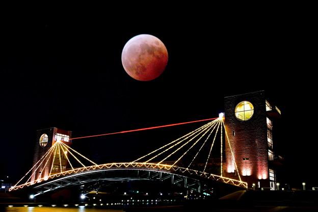 富岸運河環水公園に赤い月現れる