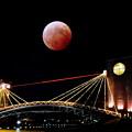 写真: 富岸運河環水公園に赤い月現れる