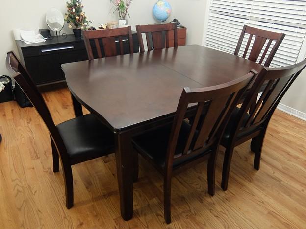 Leon's ダイニングテーブル+チェア6脚 $550