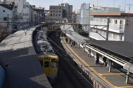 新井薬師前駅を通過する急行