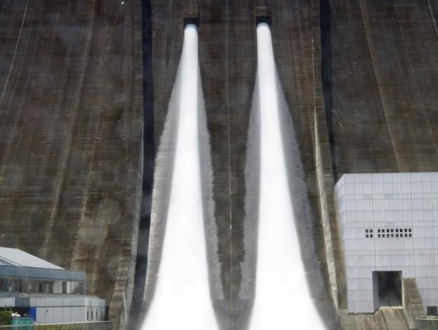 豪快なダム放流