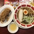 Photos: 炒め玉ねぎ醤油スープの具沢山ラーメン たっぷりスパイシーチップのクリスピー唐揚げ[ハーフ]