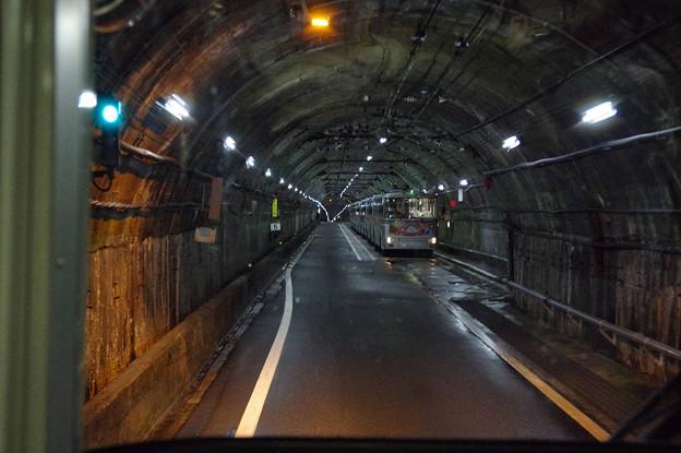 s7957_関電トロリーバス前面車窓_単線交換