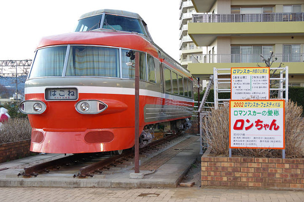 s2230_ロマンスカーNSE3081静態展示_開成駅東口_左前から