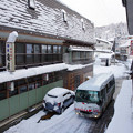 Photos: s8898_肘折温泉西本屋の前を走るおおくらくん1号
