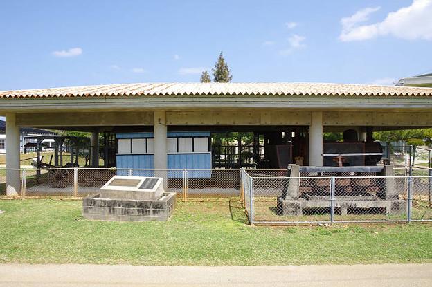 s0383_南大東島蒸気機関車2号機と客車_南大東村ふるさと文化センター
