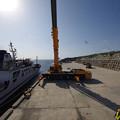 s1143_北大東島江崎港で人輸送ゴンドラをクレーンで吊り下げ移動