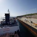s1146_北大東島江崎港で人輸送ゴンドラをクレーンで吊り下げ移動