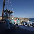 s1152_北大東島江崎港で人輸送ゴンドラをクレーンを戻す