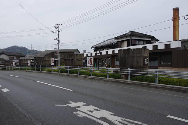s7011_醤の郷通りの醤油樽モニュメント