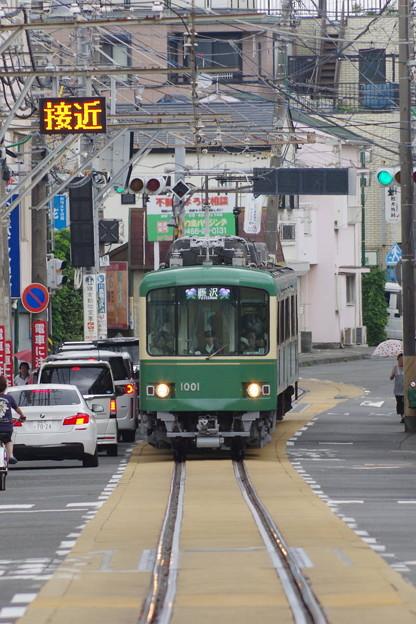 s5051_江ノ電藤沢行_1001他_江ノ島~腰越間併用軌道部分_t