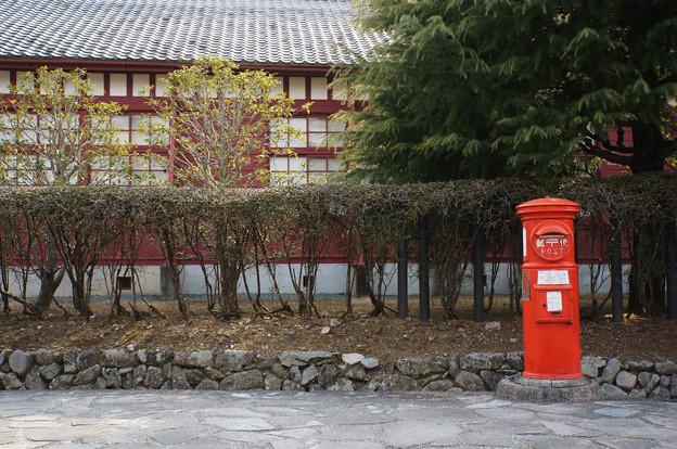 古い校舎の前ポスト