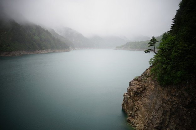 雨の黒部ダム
