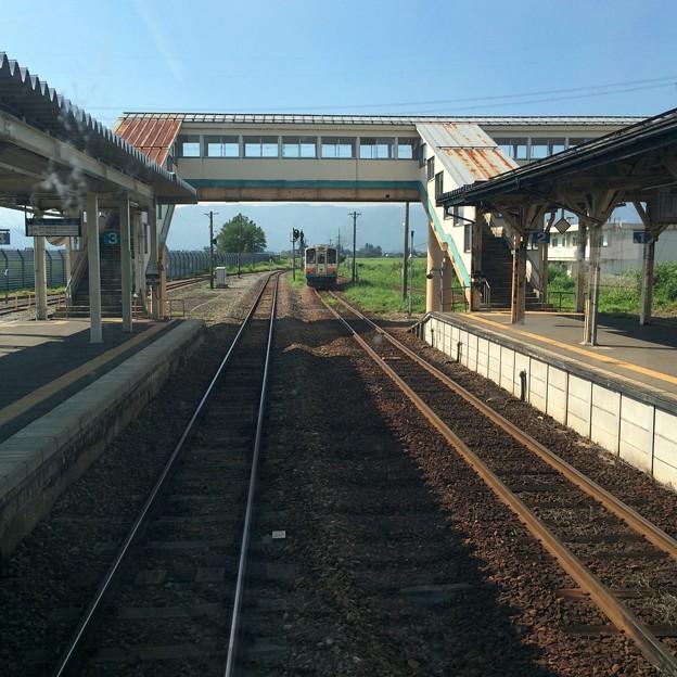 今泉駅を出発する山形鉄道の列車