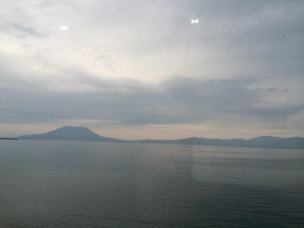 車窓から見える桜島と大隅半島2