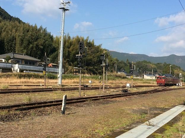 吉松駅構内に入線してきた、肥薩線列車