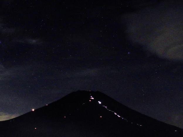 Photos: 頂上へ向かうライトの列