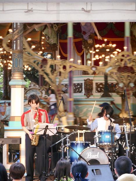 回転木馬前の女性楽団