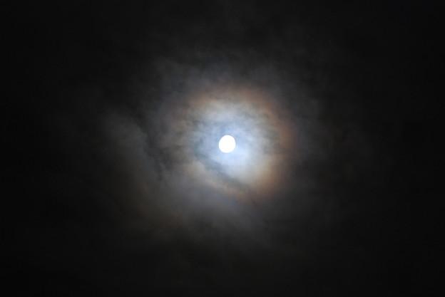 月を囲む虹