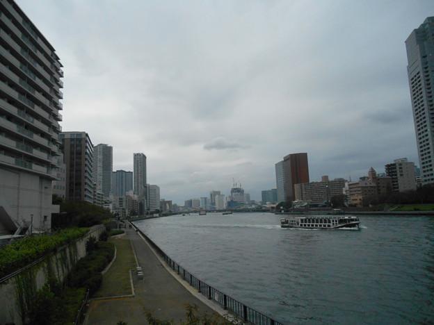 勝鬨橋方向と水上バス