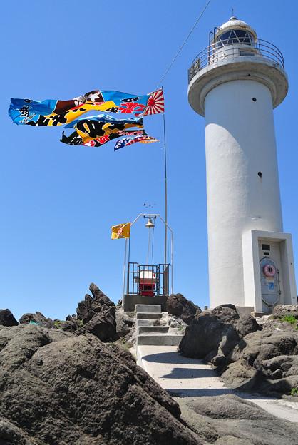 鼠ヶ関灯台と大漁旗