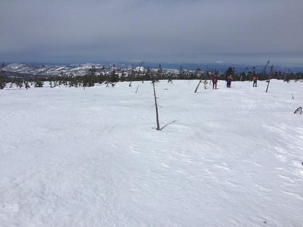 雪の八幡平と後生掛温泉 右奥に鳥海山、中央奥に月山