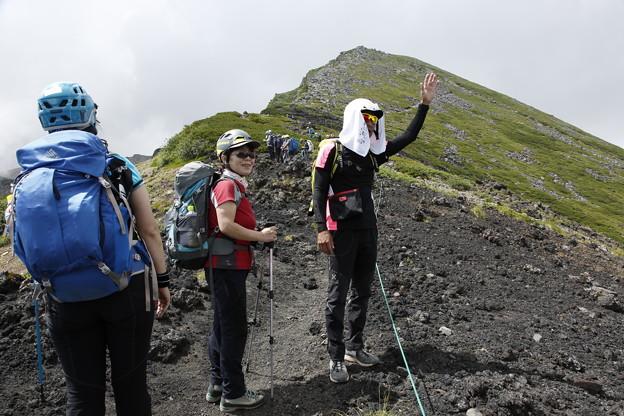 日本の山 次晴登山部 御嶽山 五の池小屋に手を振る部長