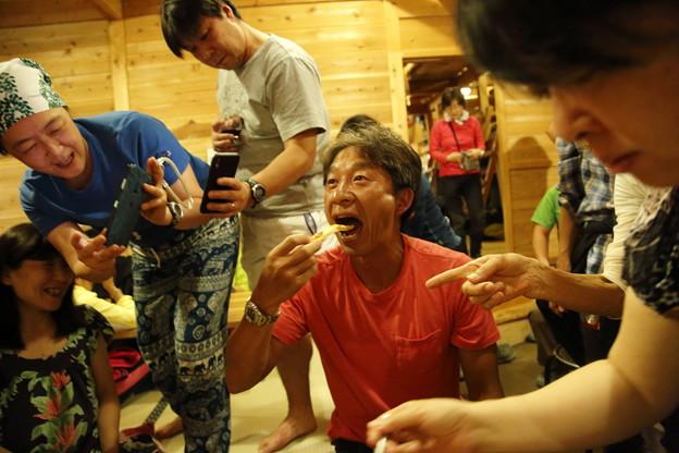 日本の山 次晴登山部 御嶽山 ピザを食べる部長