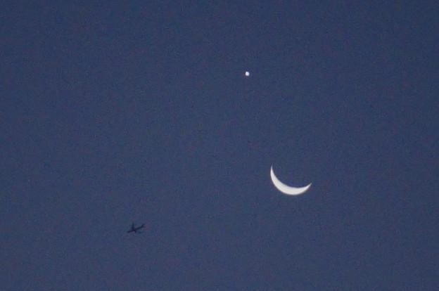 月と明けの明星?と飛行機