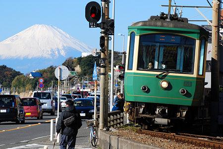 七里ガ浜の江ノ電と富士