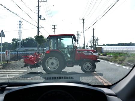三浦の赤いトラクター