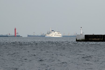大黒防波堤の向こうのロイヤルウイング