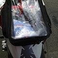 写真: タンクバッグに携帯