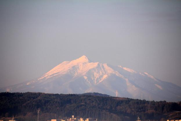 朝陽を受ける岩木山